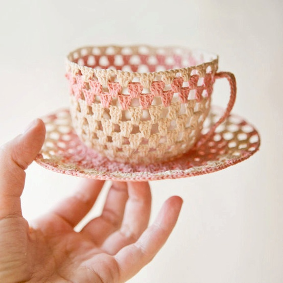 Taza de té y platillo en ganchillo